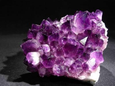 L'améthyste est une pierre aux nombreuses vertus : découvrez-les dans cet article de Lithothérapie en Ligne !