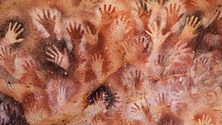 L'ocre rouge tiré de l'hématite a été utilisé depuis la préhistoire, comme l'illustre les dessins des grottes de Lascaux