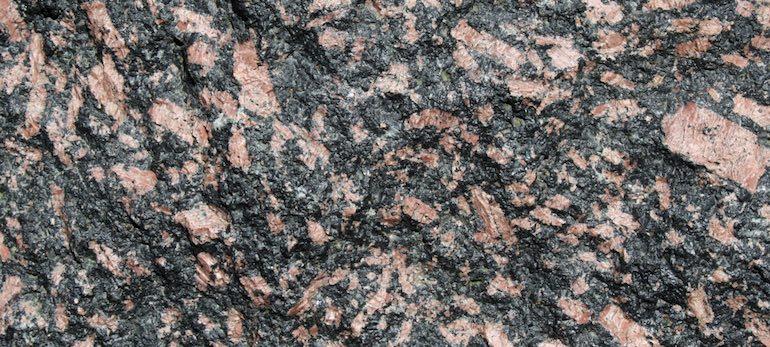 La luxullianite, un granit pulvérisé de tourmaline noire