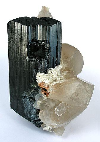 Tourmaline noire (schorl) sur Albite avec quartz