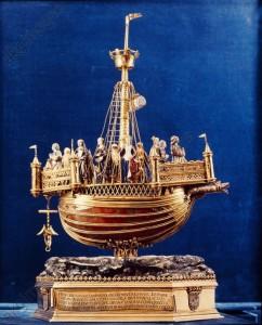 Nef de Sainte-Ursule, vaisseau d'or et d'argent, est ornée de cornaline du Japon
