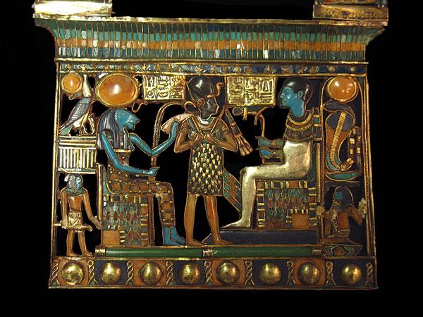 Pectoral de Toutankhamon datant de 1327 av. JC, avecdisques solaires en cornaline au dessus des têtes d'Horus et Uraeus