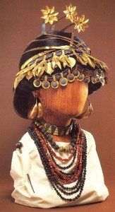 La Reine Pu-Abi, qui régnait en Mésopotamie aux environ de 2700 av. JC portait des parures incluant de la cornaline